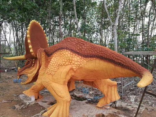 喷色恐龙水泥雕塑